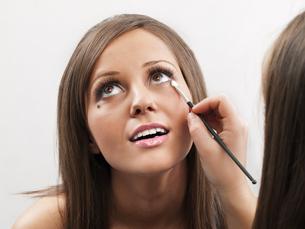 Applying make-up,Applying make-up,Applying make-up,Applying make-upの素材 [FYI00773861]