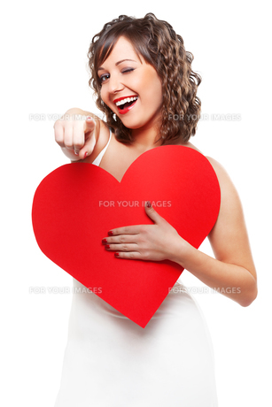 Young woman holding red paper heart,Young woman holding red paper heartの素材 [FYI00773867]