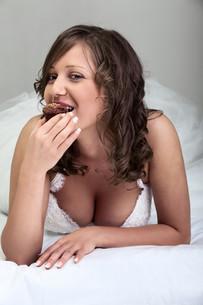 Bride eating muffin,Bride eating muffin,Bride eating muffin,Bride eating muffinの写真素材 [FYI00773881]