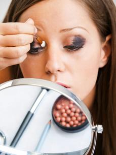 Applying make-up,Applying make-up,Applying make-up,Applying make-up,Applying make-up,Applying make-up,Applying make-up,Applying make-upの素材 [FYI00773883]