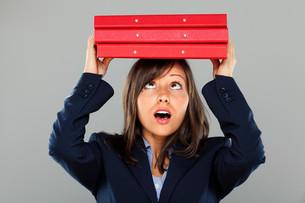 Businesswoman holding foldersの写真素材 [FYI00773932]