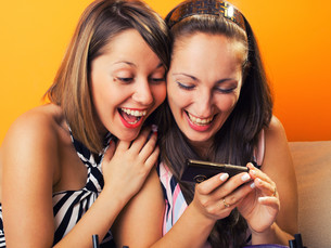 Young women looking at a cellphoneの写真素材 [FYI00774004]