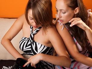 Women searching for something,Women searching for somethingの写真素材 [FYI00774053]