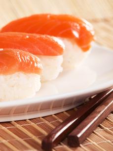 Salmon nigiri sushi,Salmon nigiri sushi,Salmon nigiri sushi,Salmon nigiri sushiの写真素材 [FYI00774187]