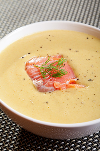 Avocado cream soup with smoked salmon,Avocado cream soup with smoked salmonの写真素材 [FYI00774240]