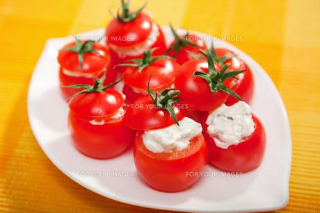 Stuffed cherry tomatoes with cheese cream,Stuffed cherry tomatoes with cheese cream,Stuffed cherry tomatoes with cheese cream,Stuffed cherry tomatoes with cheese creamの写真素材 [FYI00774242]