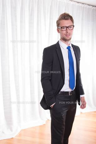 Portrait smart young man in suit and tieの素材 [FYI00774279]