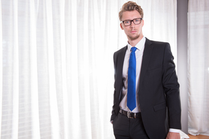 Portrait smart young man in suit and tieの素材 [FYI00774296]