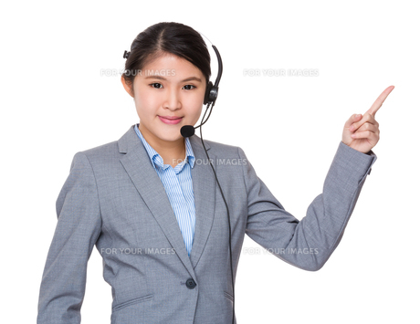 Asian businesswoman with headset and finger point upの写真素材 [FYI00774318]