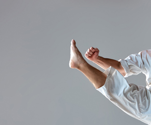 Man in white kimono training karateの素材 [FYI00774332]