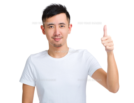 Asian man with thumb upの写真素材 [FYI00774399]