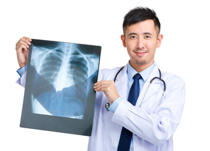 Male doctor hold with x rayの写真素材 [FYI00774463]