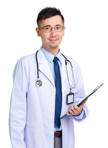 Asian doctor man hold with clipboardの写真素材 [FYI00774494]