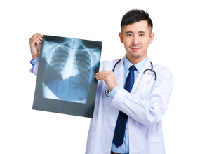 Doctor man holding with x rayの写真素材 [FYI00774505]