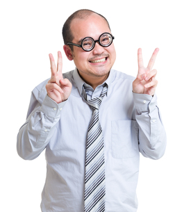 Businessman with victory sign gestureの写真素材 [FYI00774563]