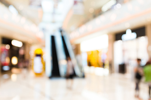 People shopping in department store. Defocused blur backgroundの素材 [FYI00774591]