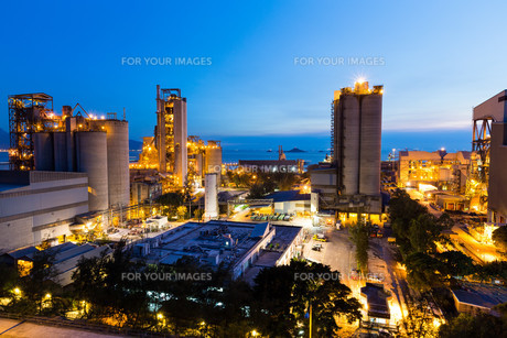 Cement Plant and power sation during sunsetの写真素材 [FYI00774605]