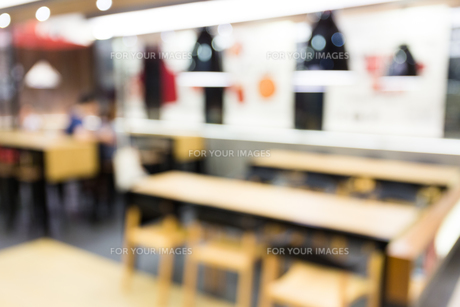 Coffee shop blur background with bokehの写真素材 [FYI00774615]