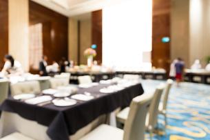 Dinning place blur bokeh backgroundの写真素材 [FYI00774628]