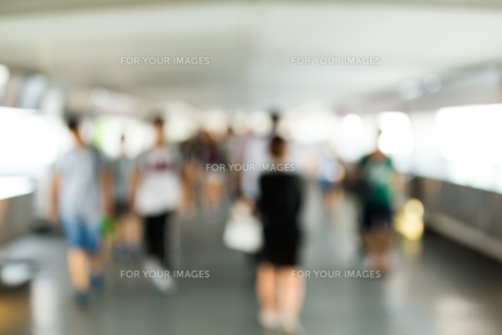 Blur view of corridor with crowded of peopleの写真素材 [FYI00774654]