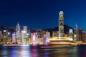 Skyline of hong kong at nightの写真素材 [FYI00774703]
