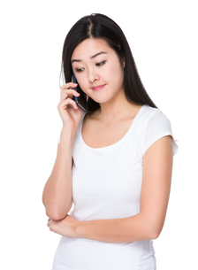 Young woman talk to mobile phoneの写真素材 [FYI00774874]