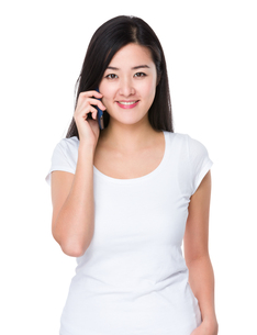 Asian woman chat on cellphoneの写真素材 [FYI00774877]