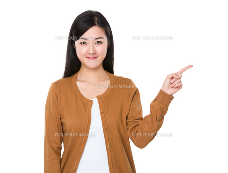 Young woman with finger point upの素材 [FYI00774909]
