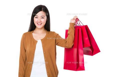 Woman hold shopping bagの素材 [FYI00774920]