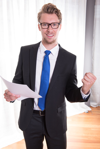 young businessman enjoying a successの素材 [FYI00775017]