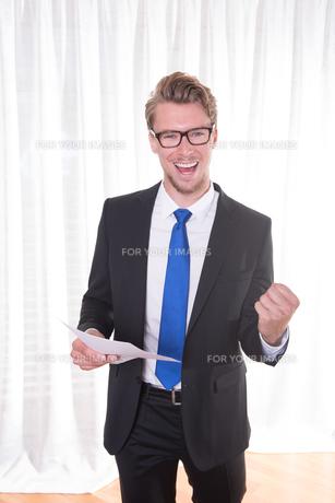 young businessman enjoying a successの素材 [FYI00775053]