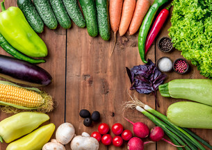 The multicolored vegetables on wooden tableの写真素材 [FYI00775086]
