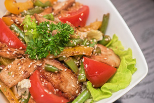 Warm salad with chickenの写真素材 [FYI00775121]