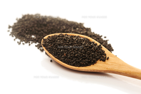 Heap of black Sesame in wooden spoonの写真素材 [FYI00775228]