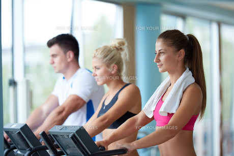 friends  exercising on a treadmill at the bright modern gymの写真素材 [FYI00775279]