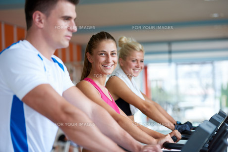 friends  exercising on a treadmill at the bright modern gymの写真素材 [FYI00775302]