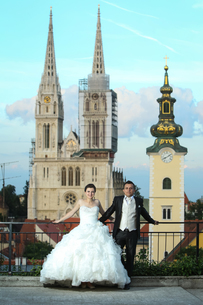 Bride and groom posing in front of churchの写真素材 [FYI00775385]