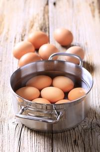 Eggs in a saucepanの写真素材 [FYI00775406]