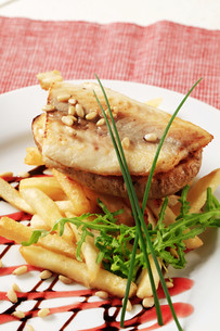 Pan fried fish fillet and friesの写真素材 [FYI00775414]