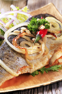 Pan fried trout with green saladの写真素材 [FYI00775506]