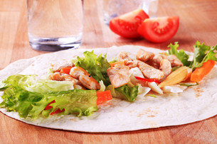 Preparing chicken wrap sandwichの写真素材 [FYI00775527]