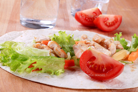 Preparing chicken wrap sandwichの写真素材 [FYI00775528]