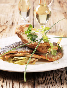 Pan fried trout and baked potatoの写真素材 [FYI00775530]