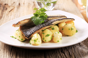 Pan fried trout with potatoesの写真素材 [FYI00775557]