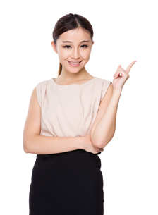 Asian woman showing finger point upの素材 [FYI00775582]
