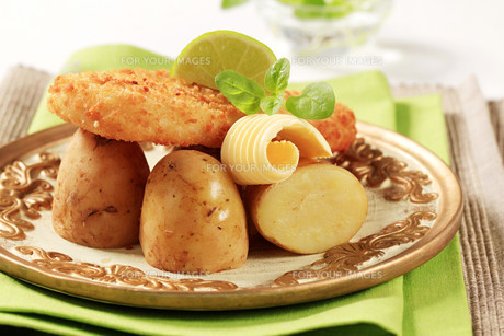 Fried fish with new,potatoesの素材 [FYI00775585]