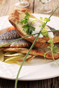 Pan fried trout and baked potatoの写真素材 [FYI00775590]