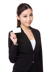 Businesswoman showing a blank namecardの写真素材 [FYI00775614]