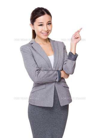 Young businesswoman finger point upの素材 [FYI00775634]