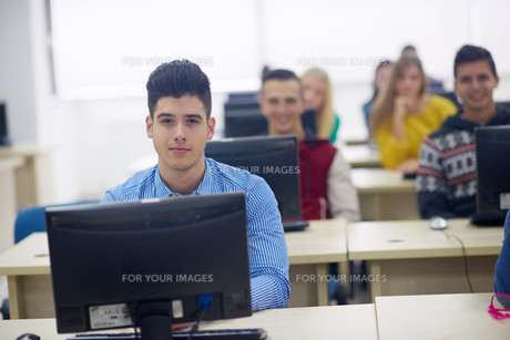 students group in computer lab classroomの写真素材 [FYI00775712]